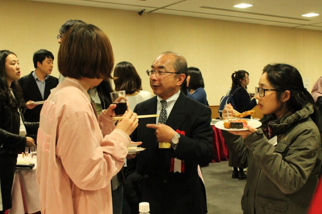 A scene from the party (Mr. Enji Okada (Josuikai) and new international students)