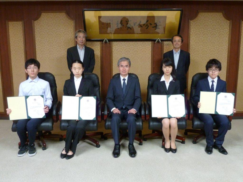 蓼沼学長、中田・関根学長特別補佐と奨学生4名